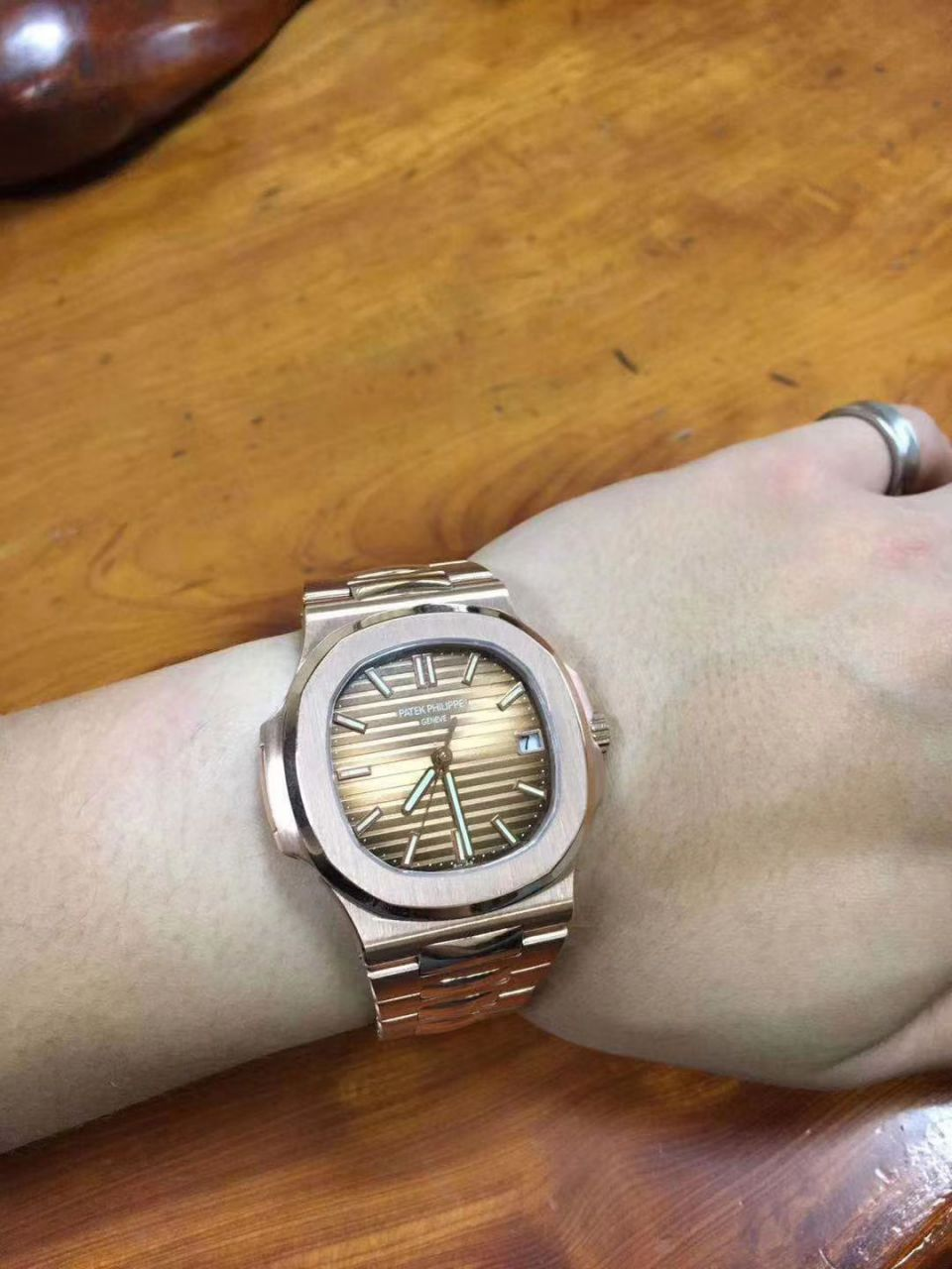 视频评测百达翡丽运动系列5711/1A 010 不锈钢腕表(鹦鹉螺钢王)【PF一比一超A高仿手表】